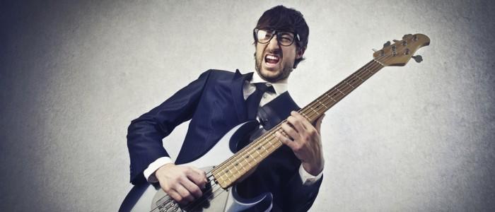 Biznesmen grający na gitarze